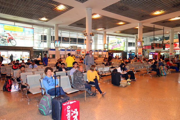 Passengers wait for buses at Mor Chit. Interprovincial buses operating on the  northern and northeastern routes will move to a new terminal to be built in the Rangsit area by 2018. (Post Today photo)