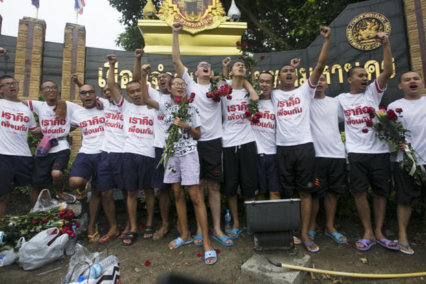 The 14 anti-coup student activists celebrate their temporary release in front of the Bangkok Remand Prison on Ngam Wong Wan Road on Wednesday. (Photo by Seksan Rojjanametakun)
