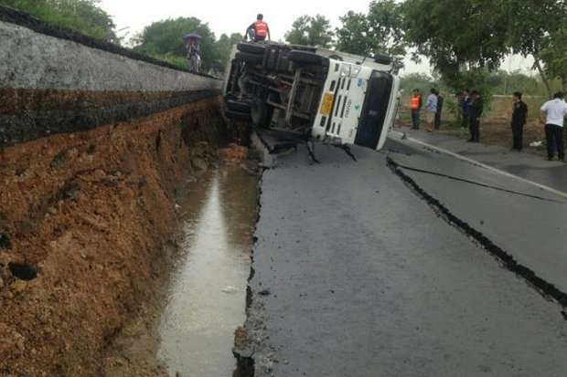 Dry-season water pumping in the Bangkok area continues to cause massive subsidence, such as along this Pathum Thani canal, where a crack suddenly opened on the roadway and flipped this truck. The driver was uninjured. (Photo by Pongpat Wongyala)