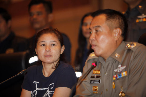 Facebook rumour poster Rinda Pareuchabut (left) at the Royal Thai Police Office press conference in Bangkok on Friday, with national police chief Somyot Pumunmuang. (Photo by Apichart Jinakul)
