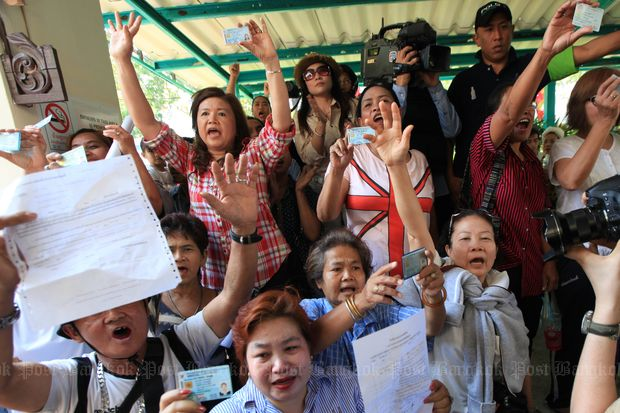 A number of voters insist on their right to vote at the Din Daeng district office after the district chief announced the polls could not held on Feb 2, 2014. (File photo by Phrakrit Juntawong)