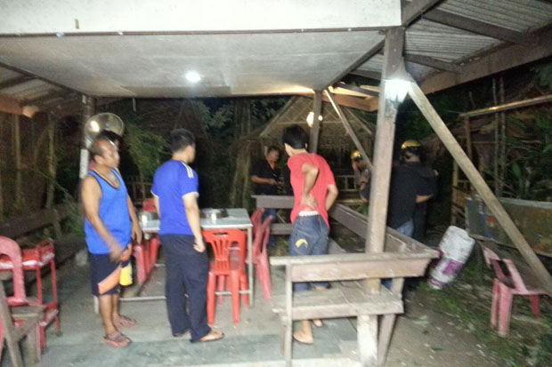 Villagers and officials inspect damage at a beef barbecue restaurant in Sungai Kolok district of Narathiwat on Friday night. (Photo by Waedao Harai)