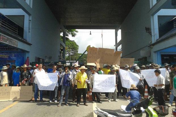 Protesting farmers close the Mae Sai border crossing in Chiang Rai province Monday morning. (Photo by Chinnapat Chaimol)