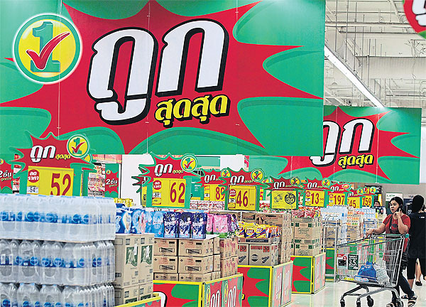 Despite strong assurances by officials of sufficient supplies of drinking water in cities, retailers are preparing plans to ensure there is enough water for customers. PAWAT LAOPAISARNTAKSIN