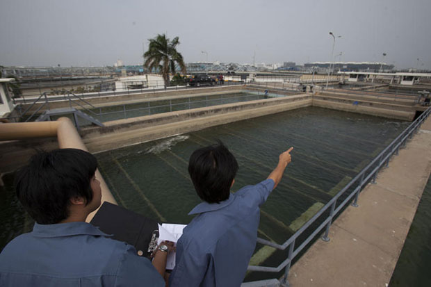 Metropolitan Waterworks Authority (MWA) staff monitor tap water production at the MWA's plant in Bang Khen district of Bangkok in this file photo taken in February 2014. (Bangkok Post file photo)