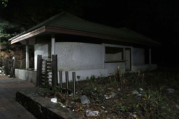 The toilet block at Khao Thap Phraya viewpoint in Chon Buri's Bang Lamung district, left unstaffed for years, is dirty, smelly and unsafe -- and could become a breeding ground for crime, say local residents. (Photo by Chaiyot Phuttanapong)