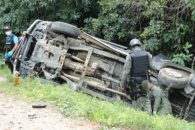 Bomb disposal officers inspect a patrol vehicle following a bomb blast in Narathiwat's Rangae district in which one ranger was killed and six others wounded on Tuesday morning. (Photo by Waedao Harai)