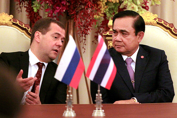 Prime Minister Prayut Chan-o-cha talks with Russian Prime Minister Dmitry Medvedev, left, during their meeting April 8. (Bangkok Post photo)