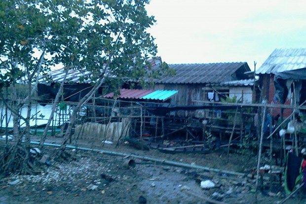 The house in Tanyongpao village in tambon Tha Kam Sam of Nong Chik district, Pattani, with the canal behind. The scene of Monday morning's clash between two militants and  a government security force. (Photo Abdulloh Benjakat).