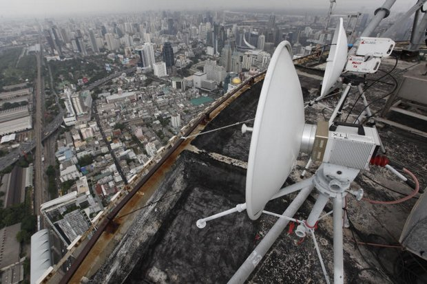 Transmitting dishes stand atop Baiyoke Tower II. Thai TV wants to scrap its year-old digital channels and focus on the cable and satellite platforms. (Photo by Pattanapong Hirunard)