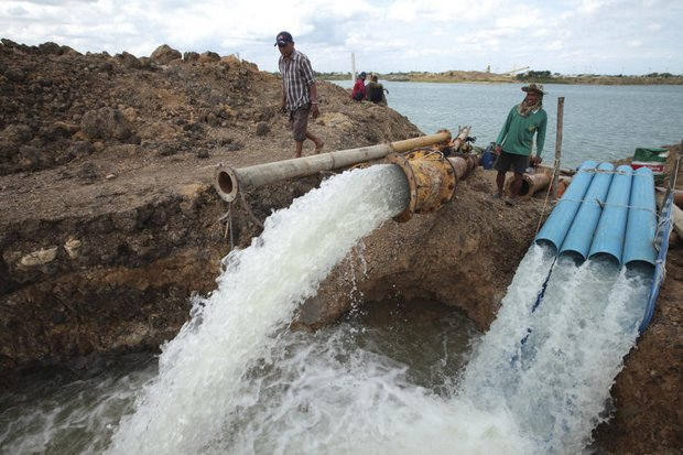 Farmers in tambon Lat Chit in Phak Hai district of Ayutthaya pump water from a private milling pond whose owner has not received any conservation instructions from the government. Bangkok's Metropolitan Waterworks Authority is offering unknown prizes to the top 10 water savers in the next 30 days. (Photo by Patipat Janthong)