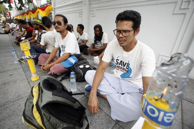 As hunger strikers edged closer to Government House Thursday, Prime Minister Prayut Chan-o-cha reportedly agreed to demands that could suspend the Krabi coal-fired power plant. (Photo by Thanarak Khunton)