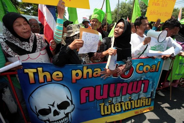 Protesters gathered at the third and final public hearing on a coal-fired power plant for Songkhla but refused to go inside without their banners. (Photo by Chanat Katanyu)