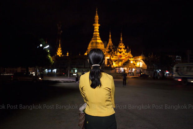 A Myanmar woman waits for a bus at the Sule Pagoda, one of the major tourist attractions in Yangon where Thais will soon be able to visit without getting a visa first. (Photo by Patipat Janthong)