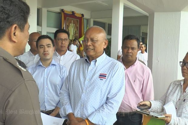 Mr Suthep gives the letter to Pol Maj Gen Vissanu Muangpraesee, deputy Police Region 8 commander, on July 28, 2015 in protest against the relocation of the office to Phuket. (Photo by Supapong Chaolan)
