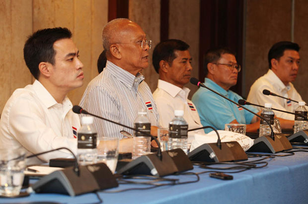 Suthep Thaugsuban, (second from left), at a PDRC Foundation press conference on Thursday. (Photo by Thiti Wannamontha)