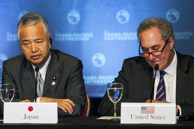 Japanese Economy Minister Akira Amari (left) and US Trade Representative Michael Froman participate in a press conference in Lahaina, Maui, Hawaii, on Saturday. (Reuters photo)