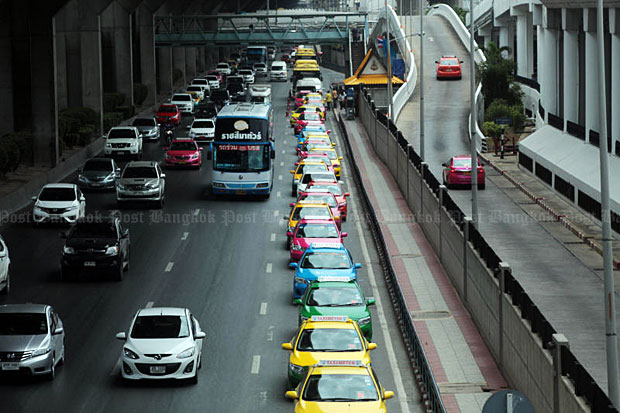 A long line of taxis is seen in front of Don Mueang airport on Monday. (Photo by Weerapong Wongpreeda)