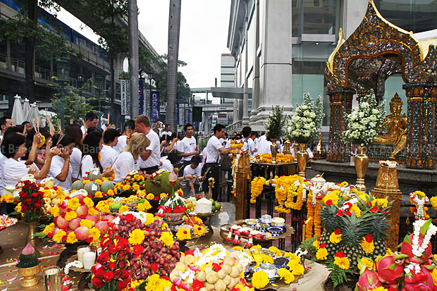 Business owners and traders from around the Ratchaprasong intersection pay their respects to deities at the Erawan shrine in this 2010 file photo. (Bangkok Post photo)