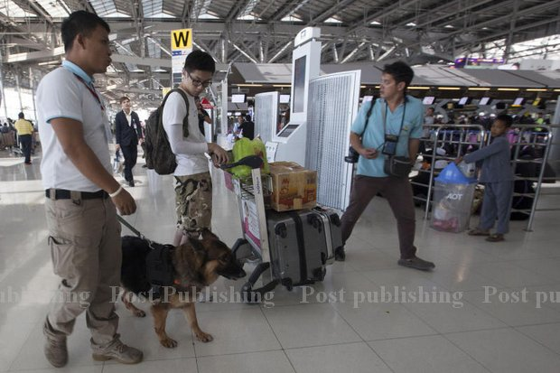 The K-9 unit of the Explosive Ordinance Disposal team headed out to check passengers and luggage at Suvarnabhumi airport Tuesday, as part of a stepped-up security alert across the country. (Photo by Pawat Laopaisarntaksin)