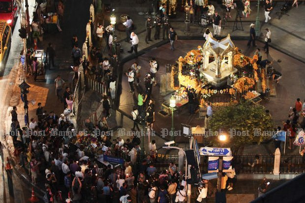 The Erawan shrine opened to worshippers just two days after Monday's killer bomb attack, as the prime minister knocked back the theory Uighurs did it, and rejects an offer to help from London. (Photo by Patipat Janthong)