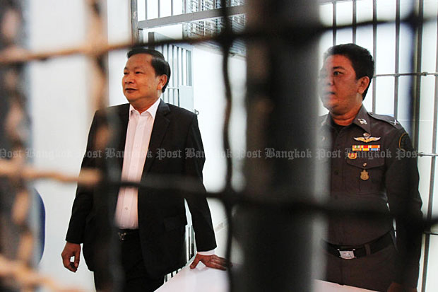 Former deputy commerce minister Banyin Tangpakorn (left) is held briefly at the Crime Suppression Division after three hours of questioning and charged with the theft of shares held by the late businessman Chuwong Sae Tang. He was later released on 5-million-baht bail, with conditions, by the Bangkok South Criminal Court.(Photo by Tawatchai Kemgumnerd)