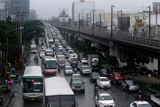 A general view of heavy traffic during a downpour in Quezon city, east of Manila, Philippines, on Aug. 20. Traffic in the metropolis usually moves at 10-15 kilometres per hour during non-peak hours and grinds to a halt during rush hours or when it rains hard. (AFP photo)