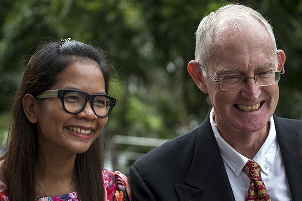 Australian journalist Alan Morison (right) and Thai journalist Chutima Sidasathian smile as they arrive at court in Phuket Sept 1. The court on the cleared the two journalists on Tuesday of defaming the Thai navy and other related charges. (Reuters photo)