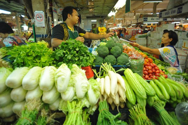 Despite a fall in headline inflation, food prices last month increased by 0.09% from July, mainly for fresh vegetables, fish, eggs and dairy products. (Photo by  Wichan Charoenkiartpakun)