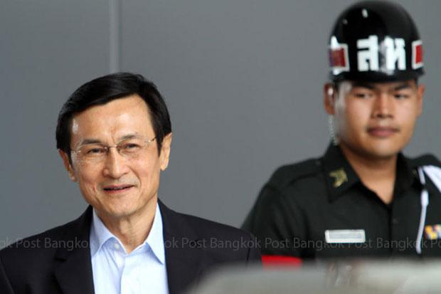 On June 18, Chaturon Chaisaeng of the Pheu Thai Party arrives at the Army Club for talks with the National Council for Peace and Order after criticising its work and that of the government. (Photo by Apichart Jinakul)
