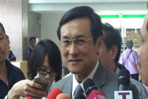 Chaturon Chaisaeng, a leading member of Pheu Thai Party and cabinet member in the former Yingluck government, went to Department of Consular Affairs on Thursday seeking an explanation for the revocation of his passports. (Post Today photo)