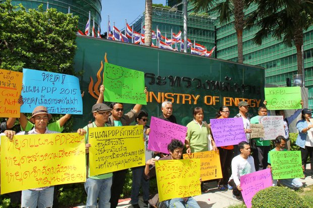 Activists protest outside the Energy Ministry against a state power development plan which includes a proposal to build more coal-fired power plants. They have criticised the plan over a lack of public participation. (Photo by Tawatchai Kemgumnerd)