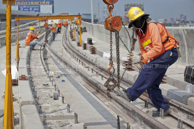 A man is working on the construction of the Purple Line transport route in January 2015. (Photo by Krit Promsaka na Sakolnakorn)