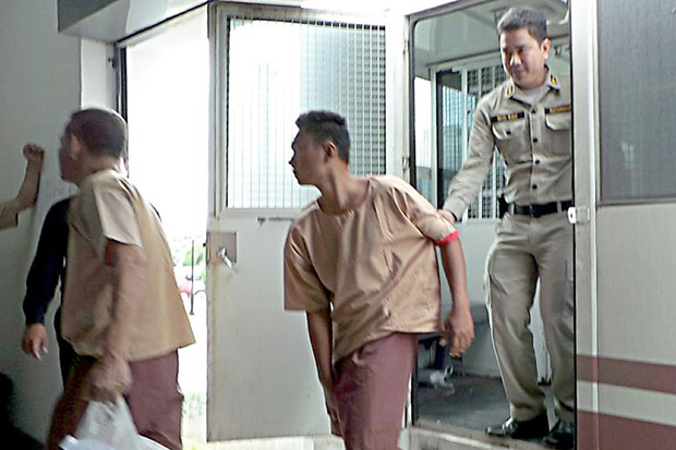 Wanchai Saengkhao (centre) arrives at Hua Hin Provincial Court from the Prachuap Khiri Khan prison on Monday to hear the Appeals Court's ruling rejecting his appeal against the death sentence. (Photo by Chaiwat Saadyaem)