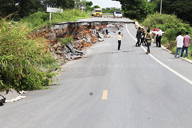 The collapse of a 100-metre section of an embankment road along an irrigation canal in Ayutthaya closed the highway. Repairs are underway and officials hope to open the road by the middle of next week. (Photo by Soonthorn Phongpao)