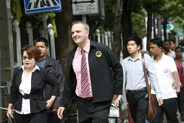 British migrants workers-rights activist Andy Hall (centre) arrives for a hearing in his trial at the Phra Khanong Court in Bangkok Sept 18. The court dismissed the case, ruling that prosecutors nor Natural Fruit had a legal right to sue in Thailand. (EPA photo)