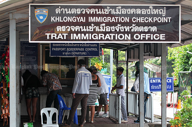 Tourists pass through the Khlong Yai immigration checkpoint before crossing the border to Koh Kong province in Cambodia. New six-month, multiple-entry tourist visas go into effect in November, but questions linger over whether border checkpoints will allow consecutive 60-day stays. (Photo by Chanat Katanyu)