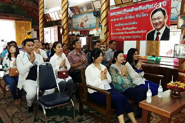 Former prime minister Yingluck Shinawatra (front row left) and her sisters pay attention to chanting on Friday at Wat Sri Boonruang in Chiang Mai province. (Photo by Cheewin Sattha)