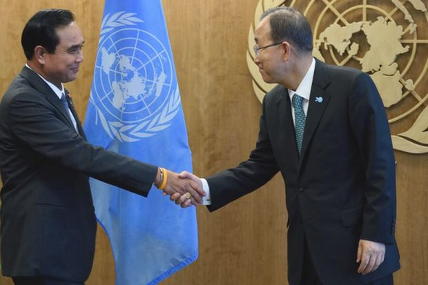 UN Secretary-General Ban Ki-moon greets Prime Minister Prayut Chan-o-cha at United Nations headquarters in New York on Sunday. (AFP photos)