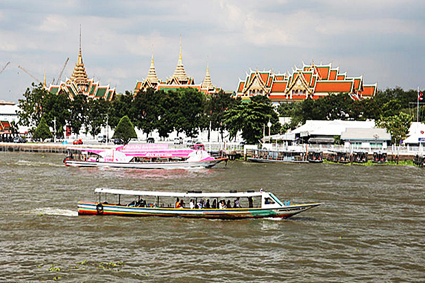 Tourists take on a sightseeing boat trip on the Chao Phraya River on Wednesday. (Photo by Panupong Changchai)