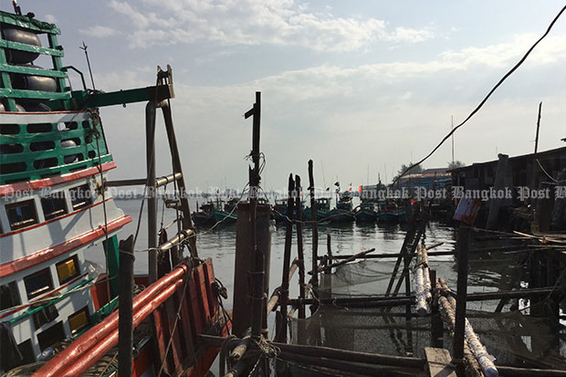 Over 200 commercial fishing trawlers have moved from Trat's Khlong Yai district and are now docking and unloading their catch at Koh Kong in neighbouring Cambodia to avoid the strict clampdown on illegal fishing practices in Thailand. The few hundred boats remaining there are mainly small vessels and the local economy is suffering. (Bangkok Post photo)