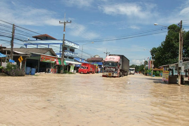 A trailer truck navigates a flooded road in Rayong province on Oct 6. (Bangkok Post photo)