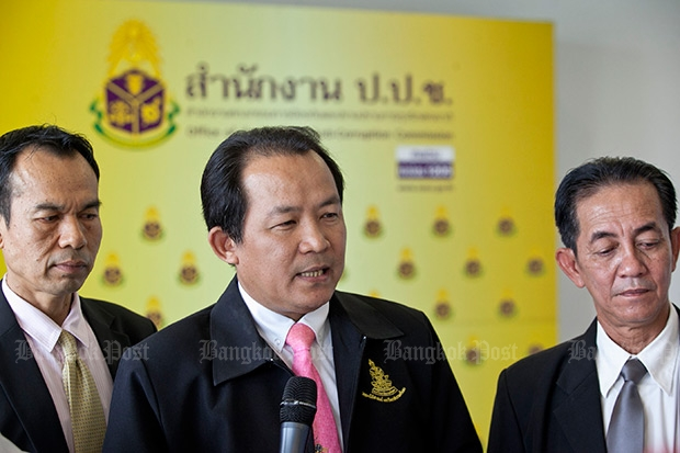 Srisuwan Janya, president of the Association of Organisations Protecting the Thai Constitution (centre), speaks at a news conference in this March file photo. The group on Tuesday called on the Office of the Ombudsman to launch an ethics investigation of Prime Minister Prayut Chan-o-cha for nepotism. (Bangkok Post photo)