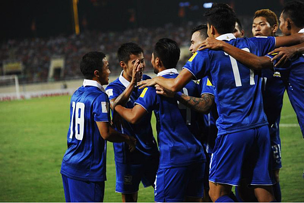Kroekrit Taweekarn (third left) and teammates celebrate his goal during a World Cup 2018 qualifier between Vietnam and Thailand on Tuesday at Hanoi's My Dinh stadium. (AFP photo)
