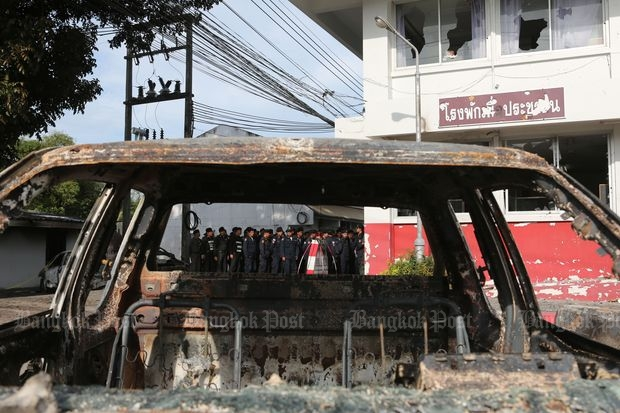 The wreckage of a car in front of Thalang police station a day after the Oct 10 riot. (Photo by Pattarapong Chatpattarasill)