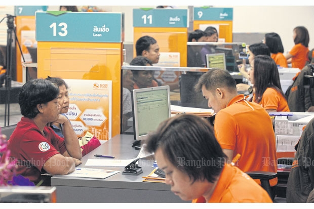 Mortgage hopefuls  apply for cheap  loans at GH Bank  headquarters on  Rama IX Road in  Bangkok yesterday,  the first day of  the government's  new property  stimulus package.  Nationwide, 2,000  borrowers applied  for a combined  2.5 billion baht  in housing loans,  averaging 1.25  million each,  at the bank's  95 branches.  PORNPROM  SATRABHAYA