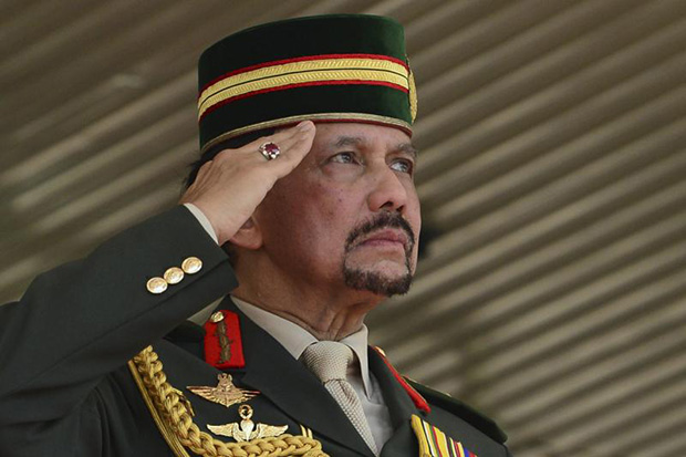 Brunei Sultan Hassanal Bolkiah salutes during the Commemoration Parade paying tribute to 200 years of Gurkha service to the British Crown and Brunei's valued partnership with the Gurkha regiment, held in Bandar Seri Begawan on Oct 12, 2015. (Reuters photo)