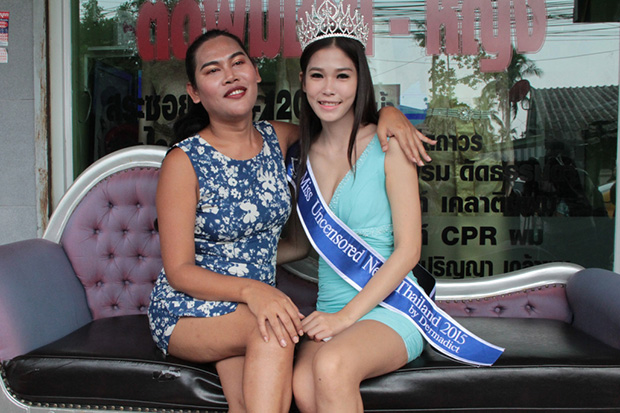 Khanittha Phasaeng, the winner of Miss Uncensored News Thailand 2015, and organiser Somchai Leknoi hold a news conference near her house in Samut Prakan province on Thursday to end speculation about her crown. (Photo by Sutthiwit Chayutvorakarn)