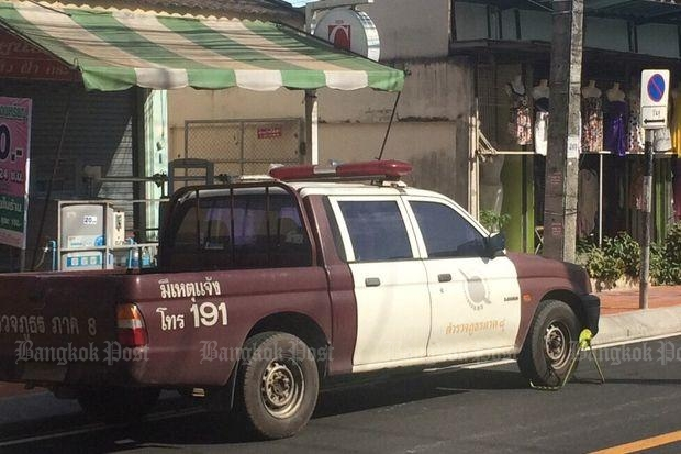 A provincial police truck with its wheel clamped by a local officer is parked on Ratbamrung Soi 2 in Muang district of Surat Thani on Friday. (Photos supplied by Supapong Chaolan)