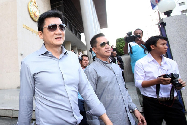 Santika pub owner Wisuk Setsawat (left) leaves the courthouse on Oct 22, 2013 after the Appeals Court overturned the lower court's decision convicting him. (Photo by Pattarapong Chatpattarsill)